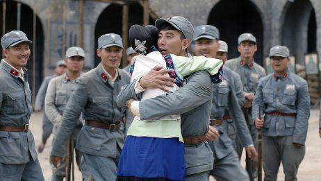 锻刀:新兵蛋子见着团长夫人,直接抱着不散手,团长的反应绝了