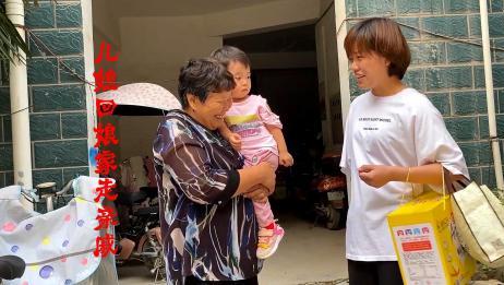 儿媳回娘家走亲戚,婆婆也跟着一起看亲家,婆媳俩有说有笑真幸福