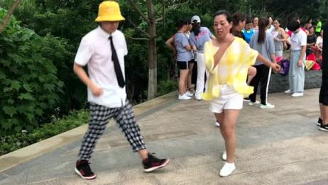 46岁美女和17岁小伙对跳鬼步舞《又见山里红》舞步默契,你更喜欢谁