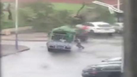 司机台风中徒手撑货车 不幸被压在车下遇难