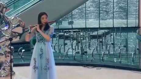 美女笛子吹奏《青城山下白素贞》,引来众人围观,高手在民间!