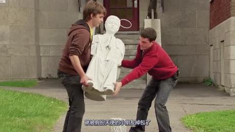 这是什么情况呢?教堂门口的天使雕塑不仅活了过来,还跑出了教堂!