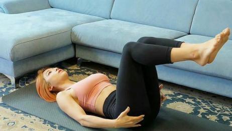 睡前躺着保持这个姿势,坚持几分钟,有效瘦腿减肚子