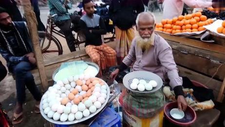 印度大爷在街头卖煮鸡蛋和牛奶,简单的食物,卖的还挺好