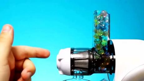把水宝宝放进榨汁机里,启动后会发生什么?