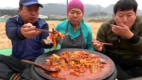 大叔一家子,吃一大锅热气腾腾的辣炒章鱼,一会就吃得干干净净了