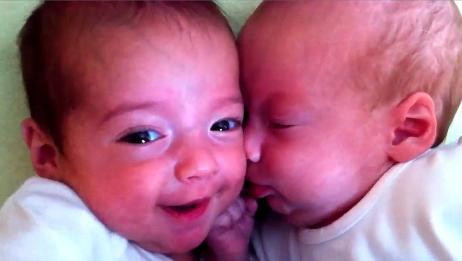 双胞胎宝宝躺在一起很相亲相爱,这画面太有爱了!