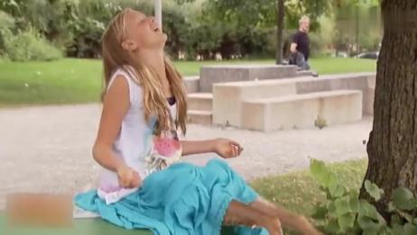 国外爆笑街头恶搞:女孩玩轮滑脚受伤,好心人脱下鞋子查看时被吓懵