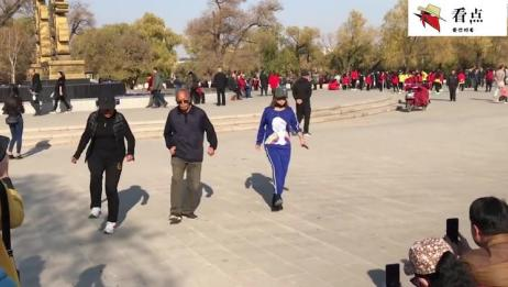 70岁大爷和美女跳广场鬼步舞《又见山里红》众人围观拍照