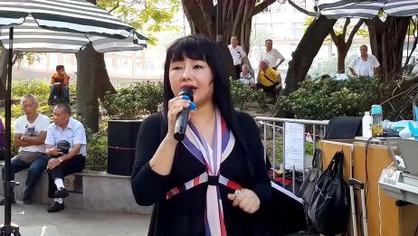 香港街头歌手喻米英演唱《化碟》,声音响亮,唱的好听极了