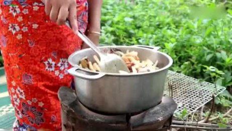 抓回来几只大虾!看看柬埔寨妹子是什么吃法!