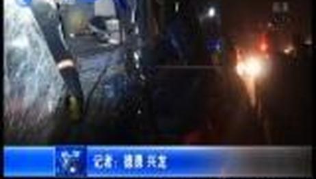 [今晚20分]凌晨两车追尾人员被困消防救援