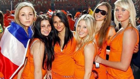 在荷兰,很多当地女人站在路旁,她们到底是做什么生意的?