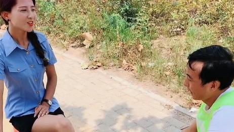 男学员第一天来学车,美女教练就教他脚下三踏板的操作技巧!