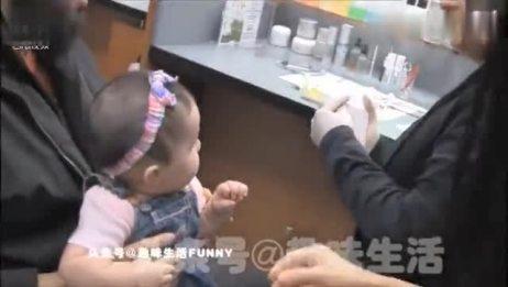 爸爸带小宝宝去打耳洞 接下来宝宝的反应亮了心疼又好笑!