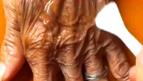 给近百岁老奶奶做个手膜,这饱经风霜的手养育了几代人,辛苦了!
