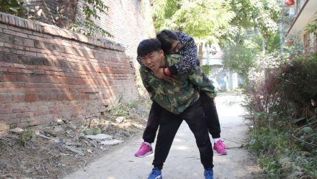 大妈救助晕倒路边的美女,当自己犯病时也被人救助,结局太暖心