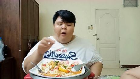 泰国胖大姐吃减肥餐,一大盘凉拌生蔬菜,大口咀嚼,清脆香辣可口