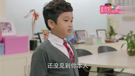 国外女教师跟家长通电话,熊孩子站在旁边一脸嘲笑,老师气懵了