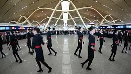 机场空姐玩快闪迎客人