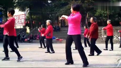 大妈广场舞:《格桑花儿开》,恕我直言,跳的真好!