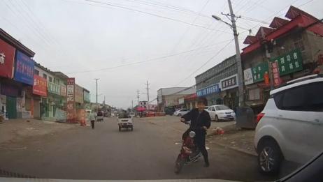 女子骑电动车突然出现,司机都被吓懵了