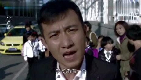 男子竟然在学校门口打架,结果直接被打的头破血流,儿子大哭不止