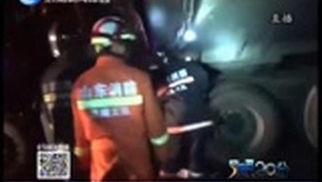 [今晚20分]油罐车追尾渣土车 柴油泄漏两人被困