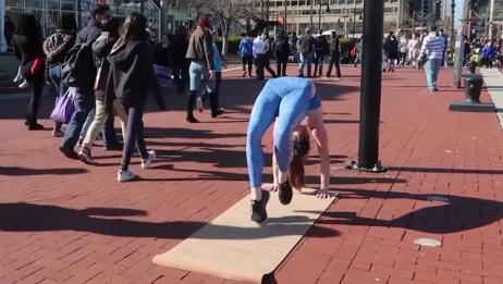 眼睛失灵了!美女街头裸身做瑜伽路人没有丝毫发觉
