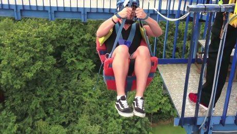游乐场最危险的3个项目,游客从43米高空骤降,落到一个大网上