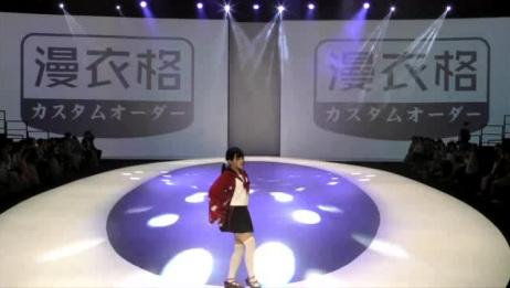 美女模特T台热舞,身穿女仆短裙装,台上蹦蹦跳跳,这谁受得了!
