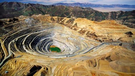 世界最大露天铜矿:开采110多年挖出螺旋巨坑,在外太空可见