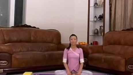 美女瑜伽教练教你瑜伽普拉提,让你改善消化不良,减少腹部脂肪
