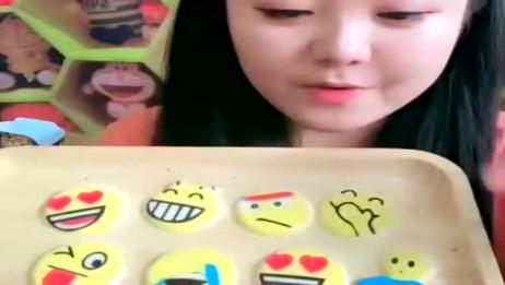 美女吃表情巧克力饼干,可爱萌萌哒,有趣好吃特别甜