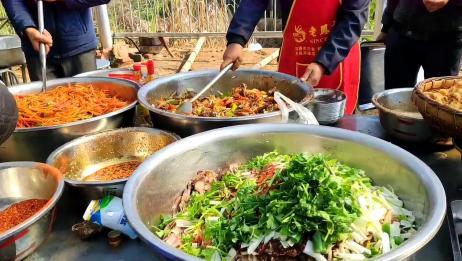 四川农村酒席好热闹,亲戚朋友都来帮忙了,小伙接到任务端酥肉?