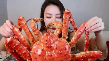 新疆小姐姐吃帝王蟹,嘴上的口红色号,跟螃蟹还挺搭的!