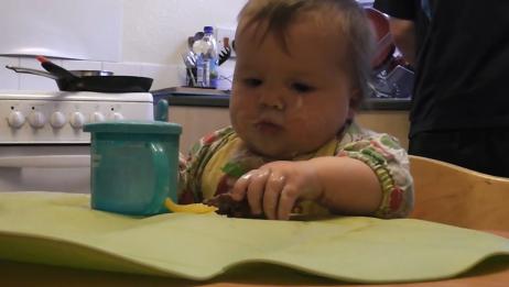 宝宝开启吃饭模式,小手手抓着就往嘴里塞,真美味啊