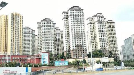 独自穷游中国262天,实拍贵州贵阳市街景,地上这是减速带吗?