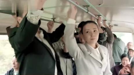 公交车上人太多,美女被小混混欺负,小伙看不下去了霸气出头