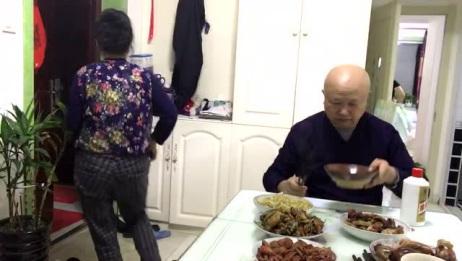 啥家庭这么有钱?东北哈尔滨老大爷在家大碗喝酒,6个硬菜