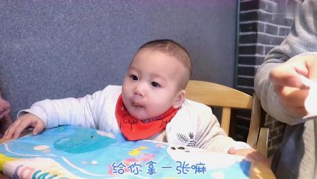小宝宝吃饭视频,爸爸给他一张湿纸巾,解决妈妈喂饭的烦恼