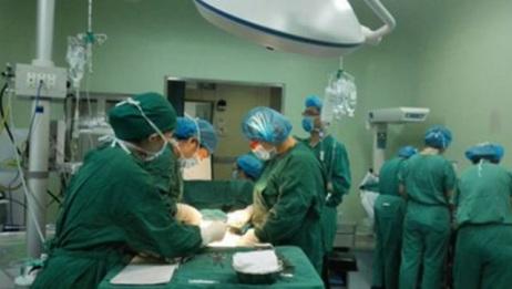 孕妇超过预产期进医院,婆婆赶来阻止手术,医生划开肚子当场脸发白