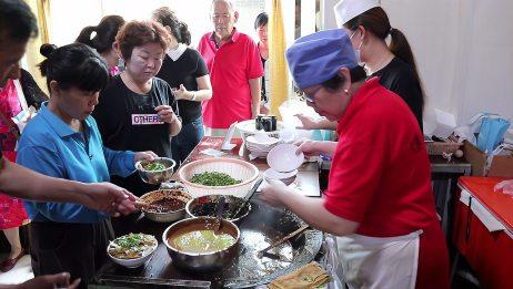 实拍来天津才能吃到的早餐,每天排队挤爆大街,外地人专程来吃!