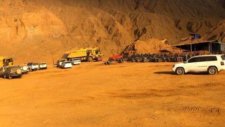 实拍缅甸翡翠矿区作业实况,犹如戈壁,黄沙满天!