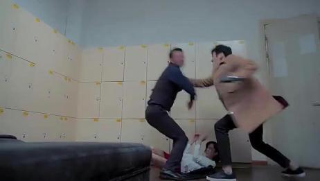 美女被老板欺负,男友看到冲上去就打,好看