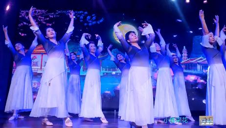 她们表演的舞蹈《月满西楼》;柔美的舞姿,银色的月光,诗情画意