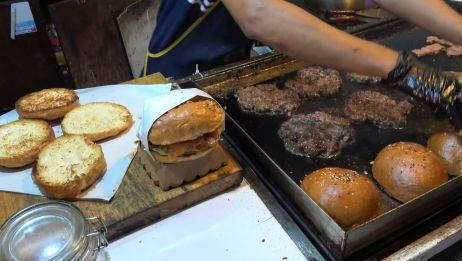 【来自美国的美国街头食品】特别汉堡包  牛肉,培根,奶酪,薯条,鱿鱼汉堡!