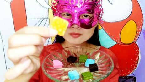 """妹子试吃""""四方块巧克力"""",不同的颜色不同的口味,你会喜欢吗"""