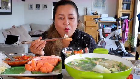 泰国农村胖大姐,吃青菜煮虾仁,搭配三文鱼生鱼片,蘸上辣椒超赞