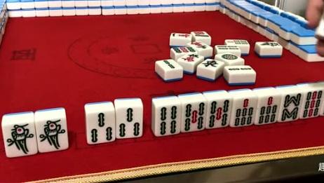 小伙子打麻将运气真好,起手就摸到清一色天牌,这牌肯定能胡